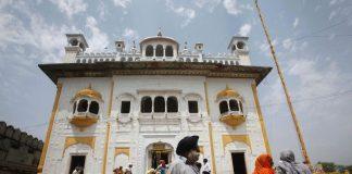 Sikh pilgrims at the Maharaja Ranjit Singh mausoleum in Lahore/Photo: UNI
