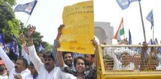 Members of Dalit organisations raising slogans during Bharat Bandh over SC/ST Act, in Lucknow on April 2/Photo: UNI