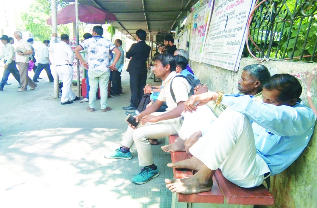 Litigants cool their heels outside Tis Hazari Courts in Delhi ahead of their hearings/Photo: Anil Shakya