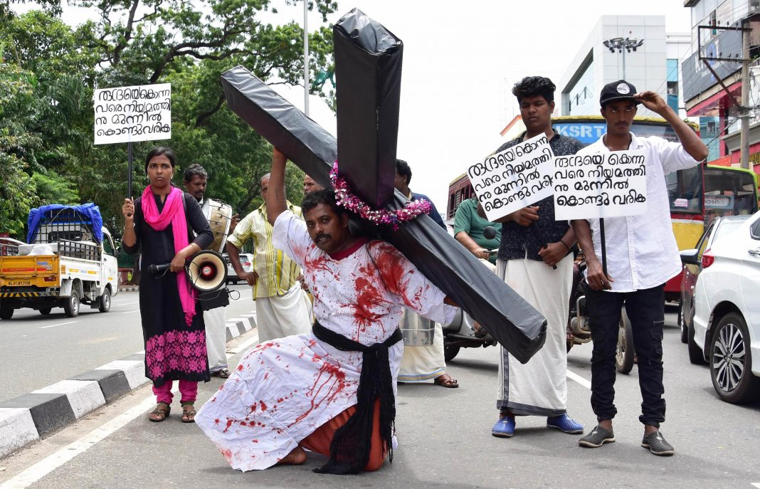 The father of a three-year-old girl who allegedly died due to medical negligence protesting in Kerala/Photo: UNI
