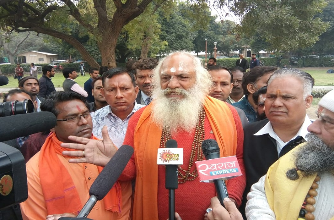 Hindu litigant Mahant Dharamdas speaking to mediapersons after the Ramjanambhoomi-Babri Masjid title suit hearing/Photo: Anil Shakya