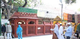 People offer namaz at the tomb of Hazrat Amir Khusrau at the Nizamuddin Dargah complex/Photo: Bhavana Gaur