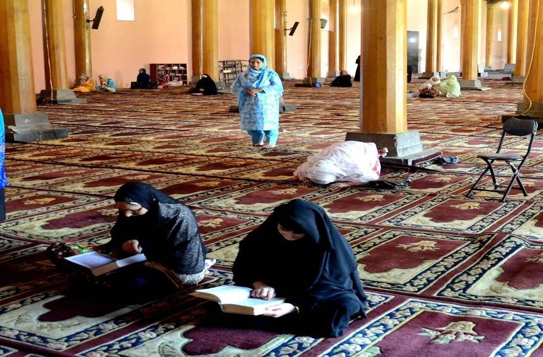 Muslim women offering prayers at the Jama Masjid in Srinagar in the holy month of Ramzan/Photo: UNI