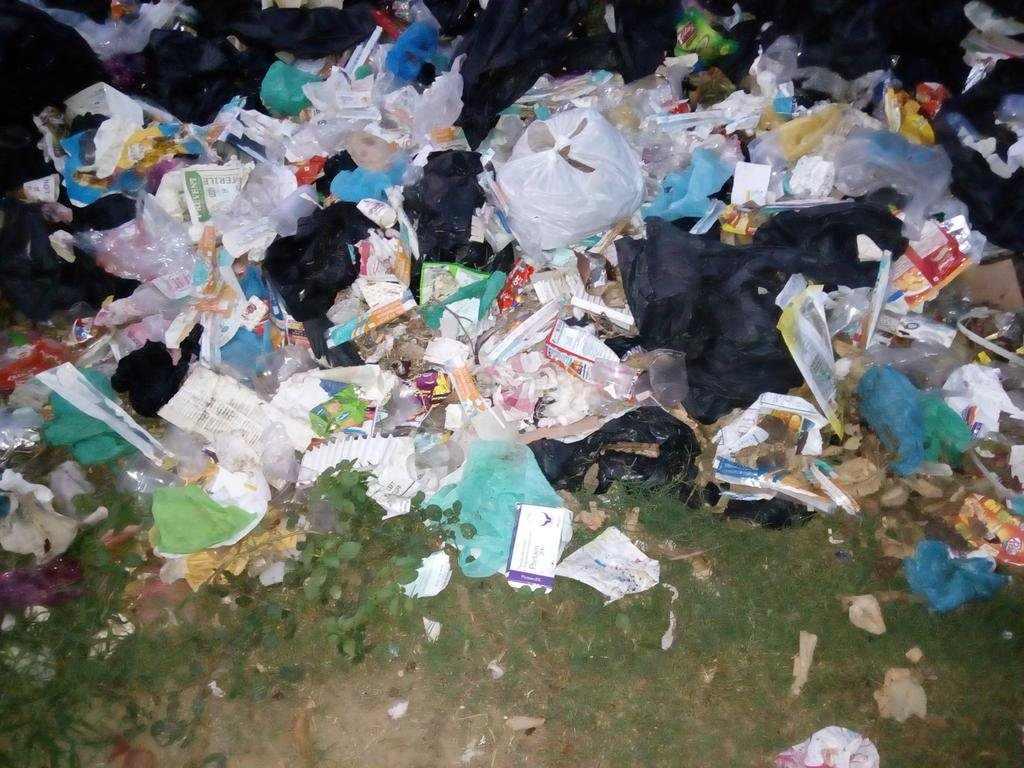 Medical waste lying outside a hospital/Photo: Twitter