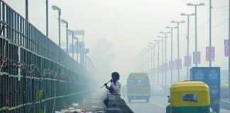 A grey haze over a busy road/Photo: UNI