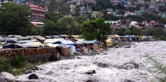 Flood water of Sarvari river may prove disastrous to migrant workers in Kullu district, who are living in sheds alongside the banks of Sarvari river/Photo: UNI