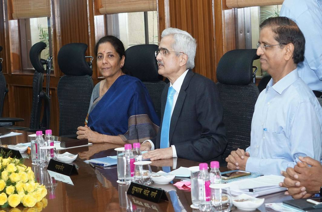 Union Finance Minister Nirmala Sitharaman with Reserve Bank of India Governor Shaktikanta Das (centre) at an RBI Board meeting, in New Delhi/Photo: UNI