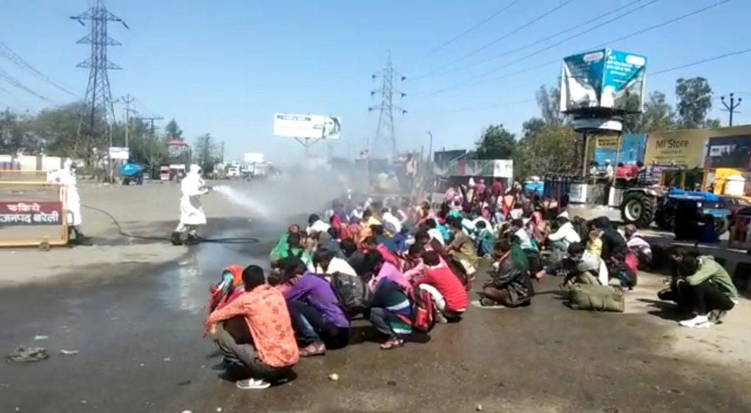 Migrants-being-sprayed-chemicals-UN