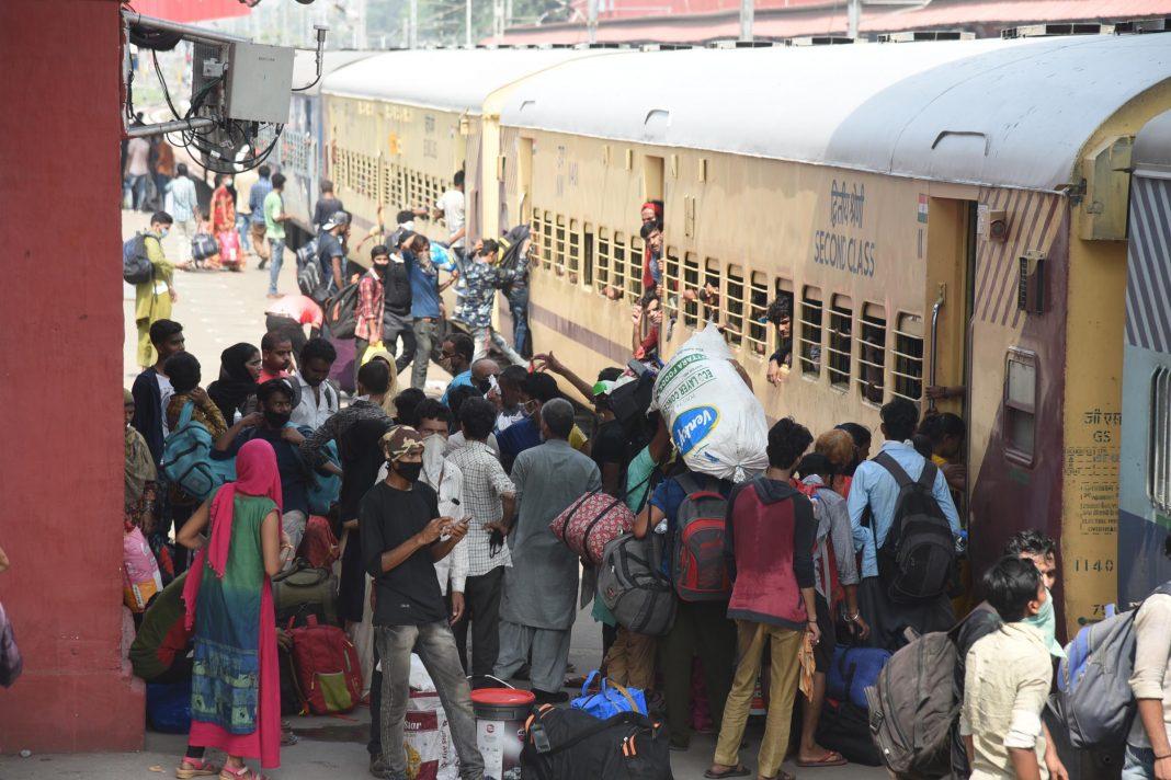 Migrants boarding, Bus, trains UNI (4)