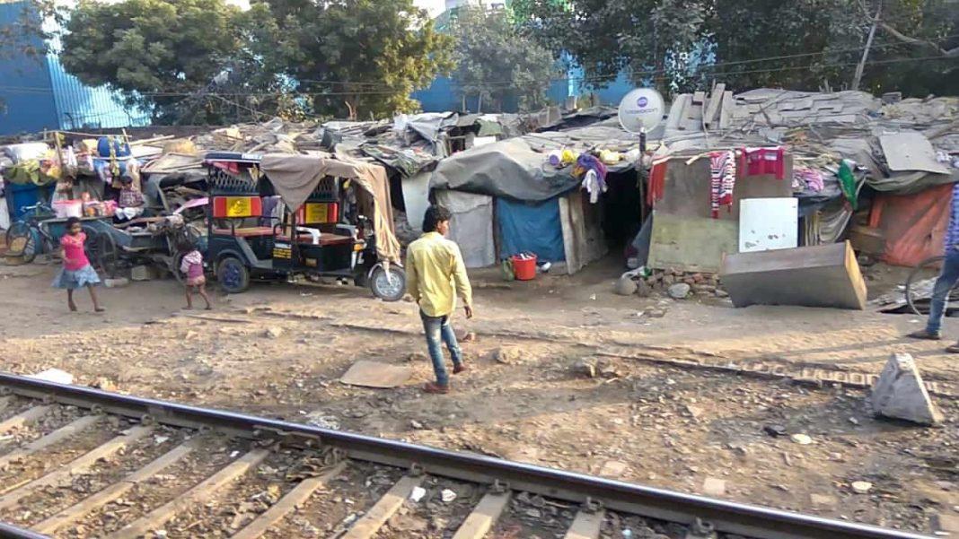 Delhi-slums-near-railway-tracks