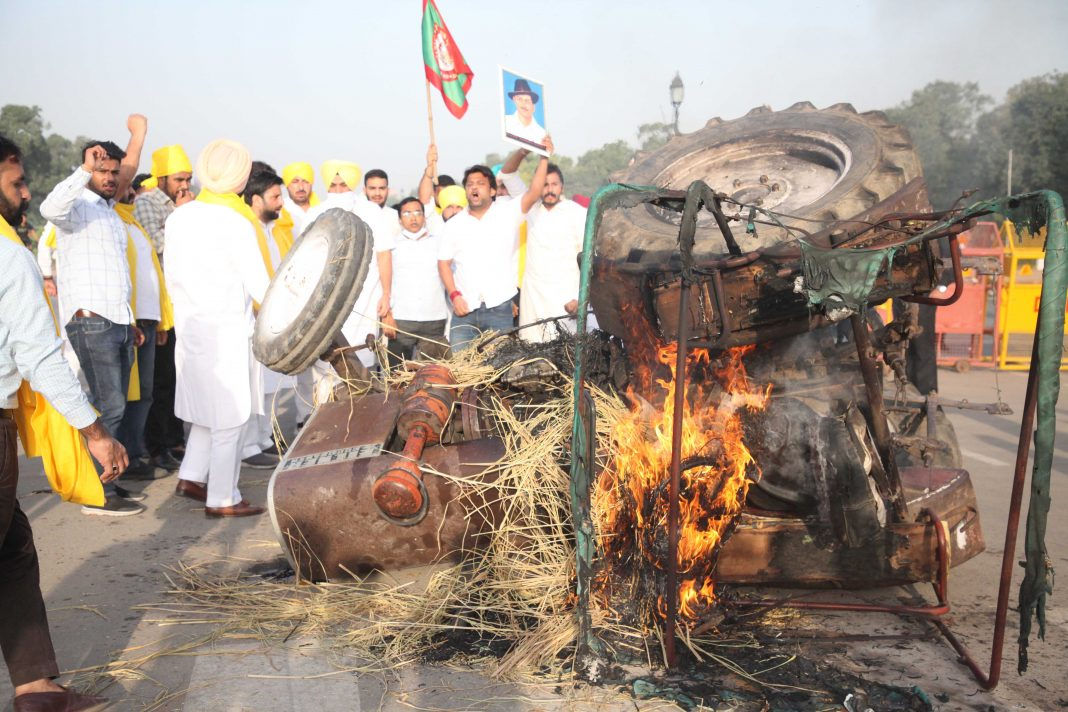 tractor-set-on-fire-at-India-Gate-UNI