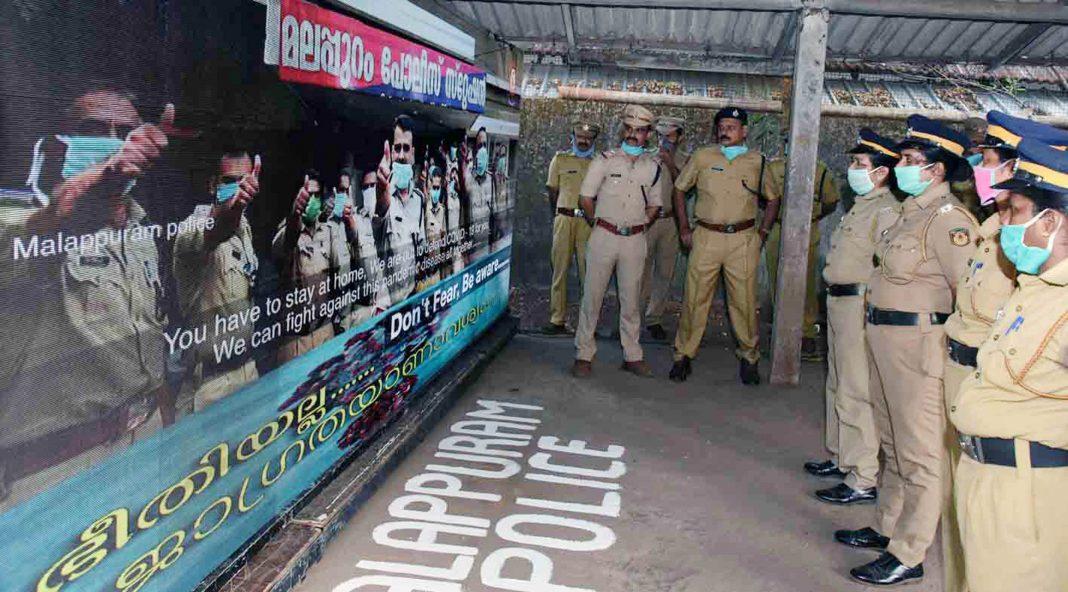 Kerala-polic-giving-awareness-class-to-people