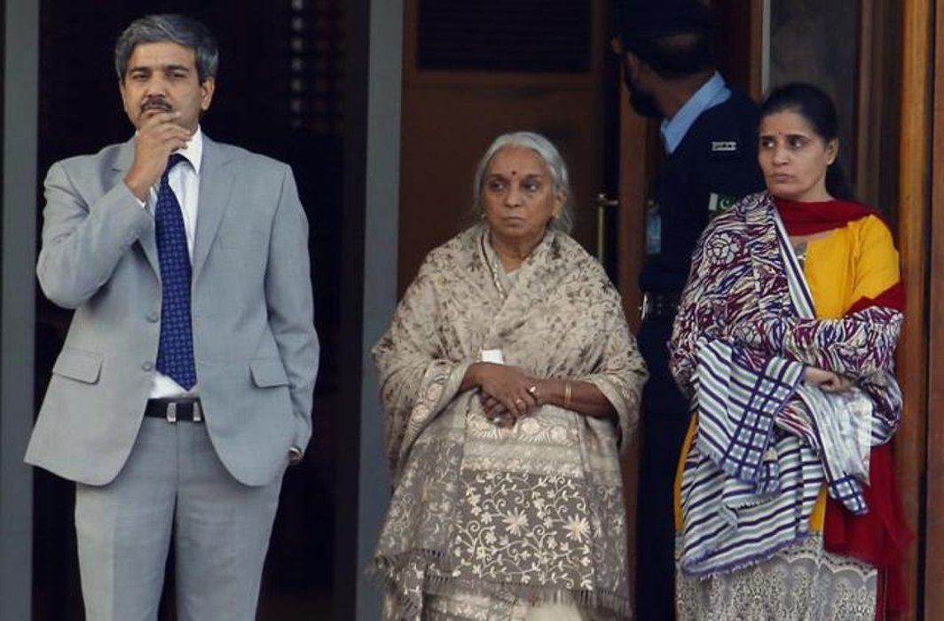 """Metallic substance"" detected in Kulbhushan's wife shoes: Pakistan"