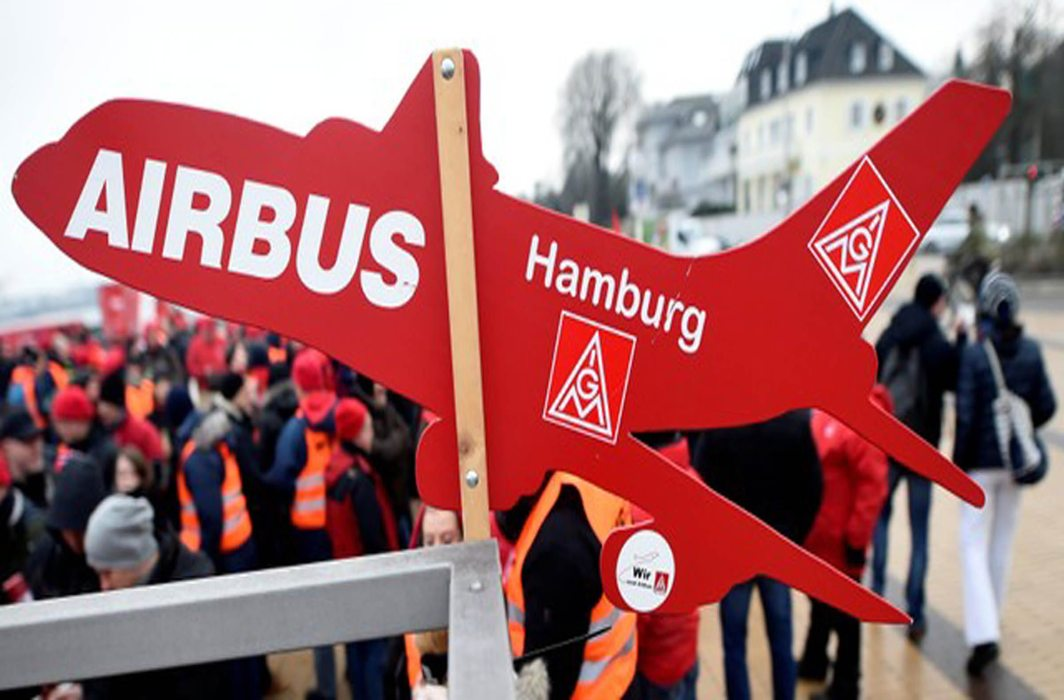 GROUNDED: Workers of plane-maker Airbus take part in a 24-hour strike of German Metal Workers' Union IG Metall in Hamburg, Reuters/UNI