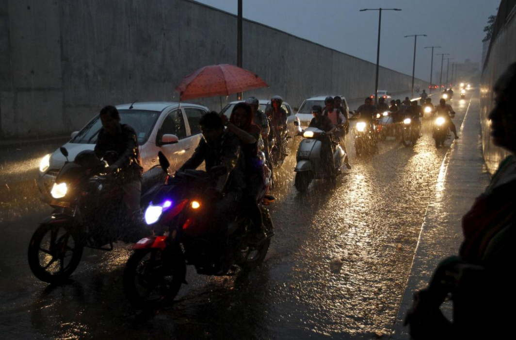 Rain hits Delhi-NCR, MeT forecasts 3 days heavy shower