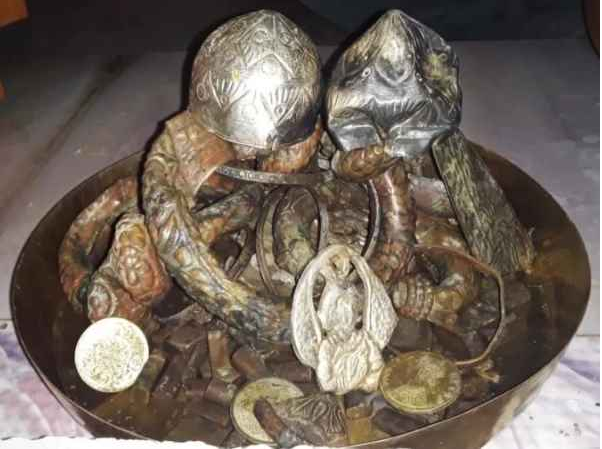 A villager in UP's Barabanki found a pot full of Gold and Silver from a pond