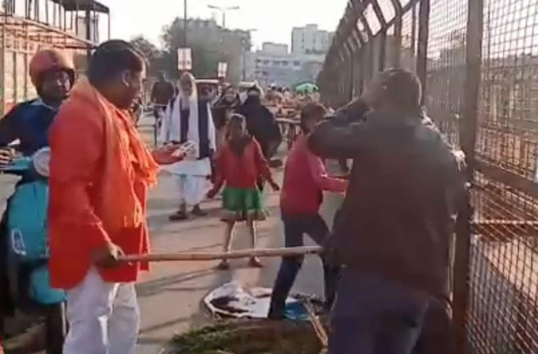 Group of men from Hindutva outfits attacked two Kashmiri vendors in Lucknow