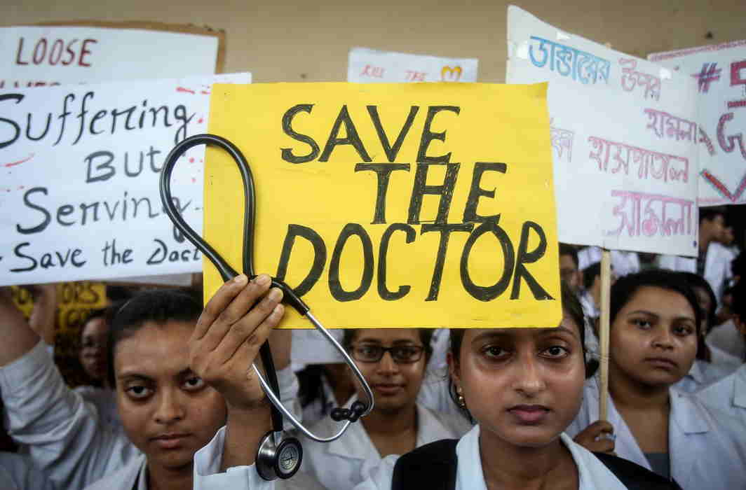 Junior doctors reject Mamata's talk offer; Delhi doctors' 48-hour ultimatum to meet demands