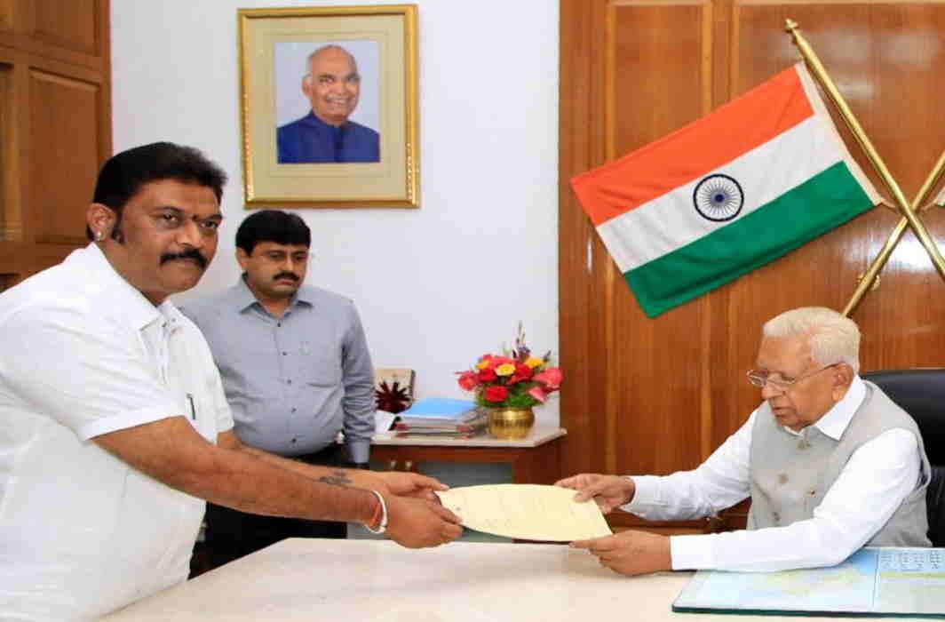 Coalition govt in Karnataka shaky as two Karnataka Congress MLAs resign; BJP lies in wait