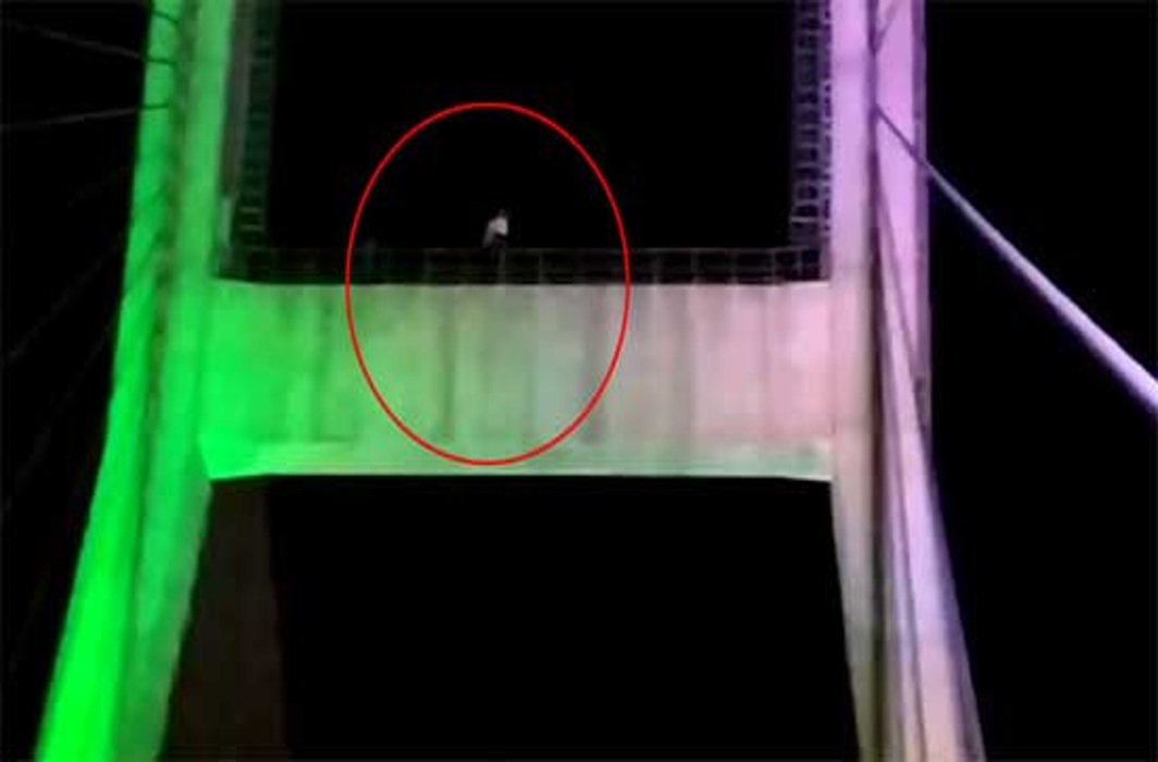UP Man refuses to get down from Bridge Pillar until ISRO finds Vikram Lander