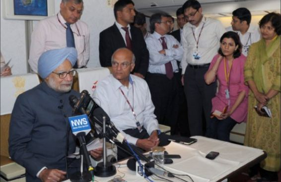 Manmohan Singh pictures holding press conference in flight