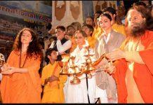 Deepika Padukone in the refuge of Ganga with mother, camped in Rishikesh