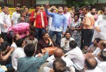 In the public court of Kejriwal, Kapil done Bhajan Kirtan