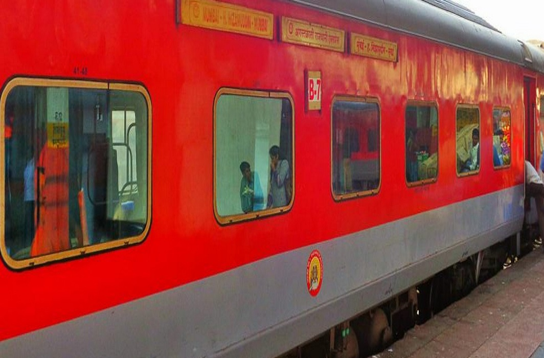 get free water bottle in rajdhani and duranto train if train is Late for more than 20 hours