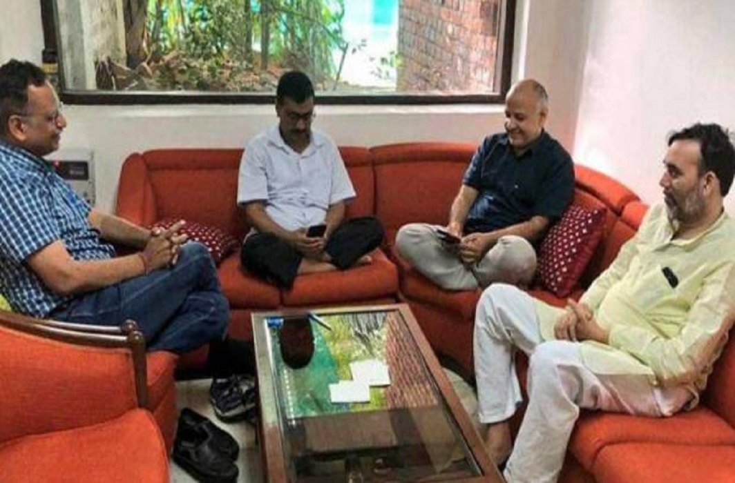 strike continue from 18 hours 4 ministers including LG Kejriwal are sitting on LG house