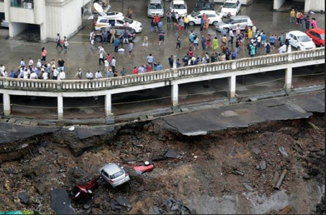 Heavy rains lashed Mumbai in 7 days, road in water, Filled water on railway track