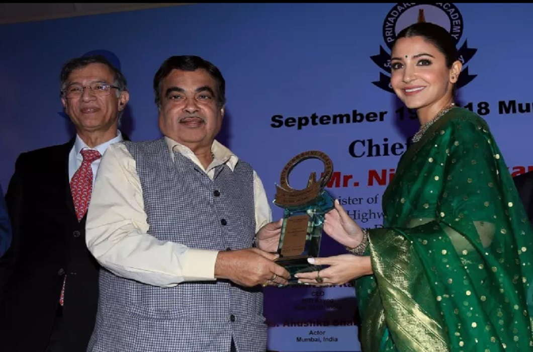 Union Minister Nitin Gadkari gave Smita Patil award to Anushka Sharma