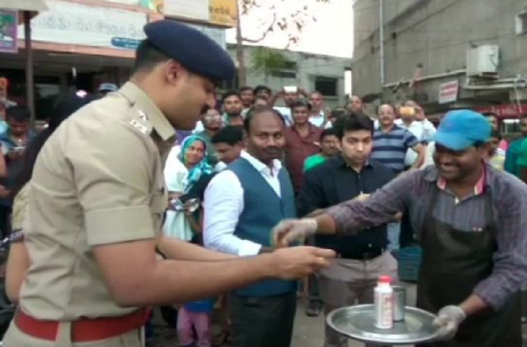 gujarat police ate pani puri at a stall of migrant vendor
