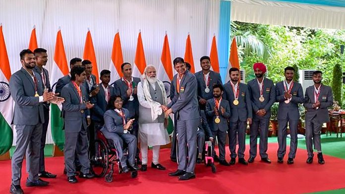 pm modi with paralympic contingent