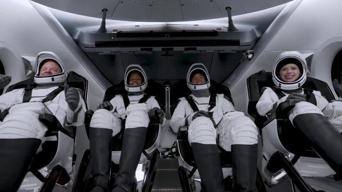 space x ने चार नागरिकों को भेजा स्पेस